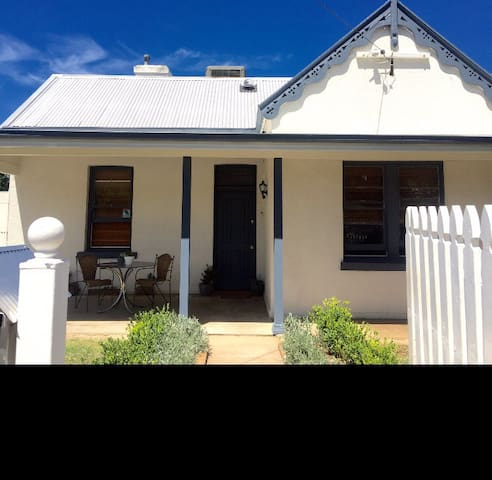 Cute bungalow in prime location - East Tamworth