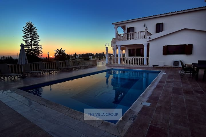 5 bedroom villa with private pool in Sea Caves