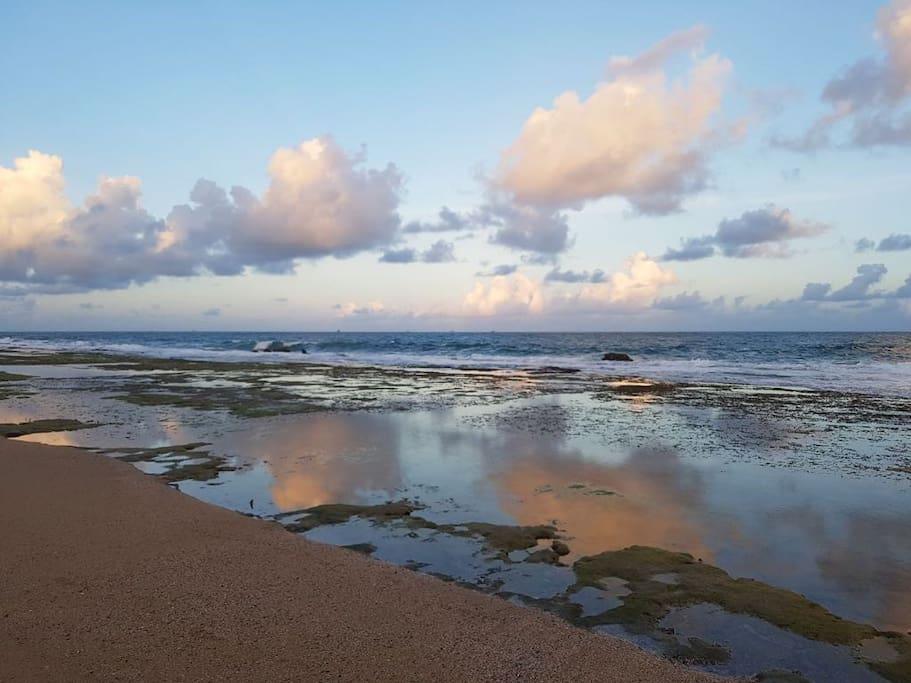 Praia com piscinas naturais na proximidade