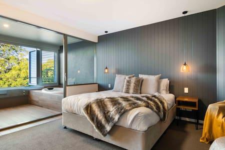 Luxurious and Romantic l Couples Spa Suite Retreat