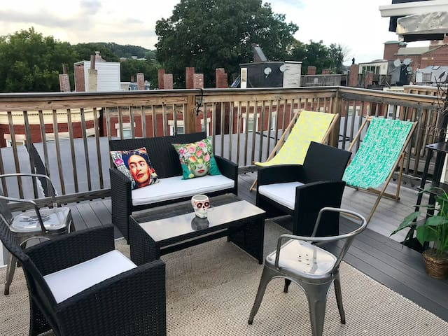 Private Room with Rooftop Access- Near Subway!