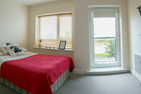 Spacious double bedroom / close to Airport - Finglas - Σπίτι