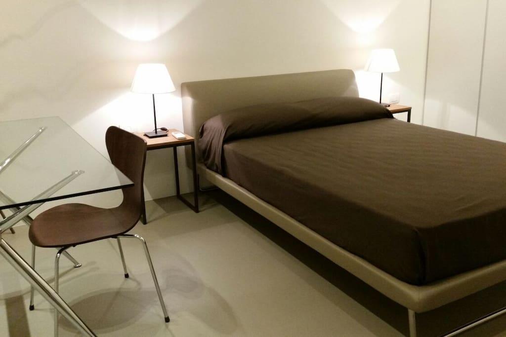 camera da letto con letto matrimoniale standard