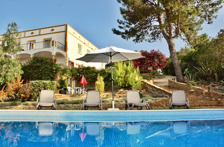 Large 1 Bedroom apartment with great views & pool