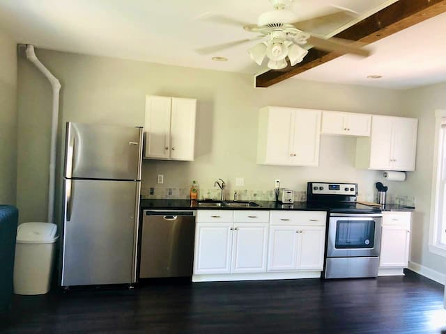 2 Bedrooms, Entire Apt, Great For 2-4 People!