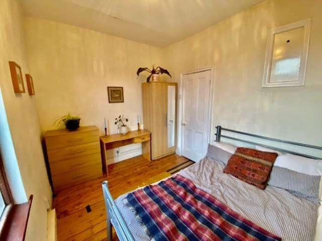 Homely Private Room; Central Area, Well Priced.