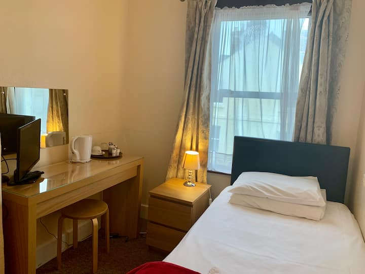 Single Room near Rail station (Shared Bathroom)