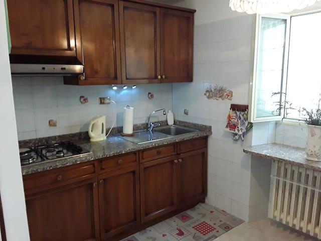 l'angolo cottura con pentolame , caffettiere, piatti, bicchieri,tazze, fornetto, brocca elettrica, detersivo, frigorifero, congelatore, lavatrice.