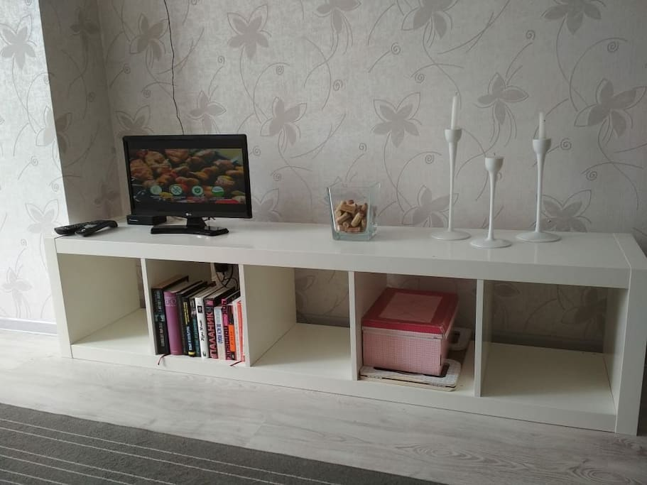 cableTV, wi-fi, book shelf with a small library