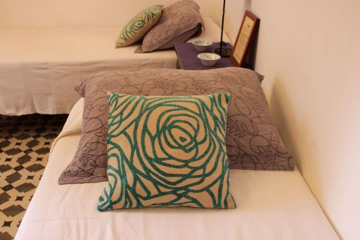Dormitorio con tres camas individuales (una es cama nido).