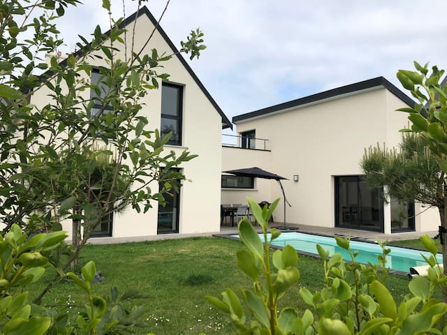 Villa récente avec piscine chauffée et sécurisée