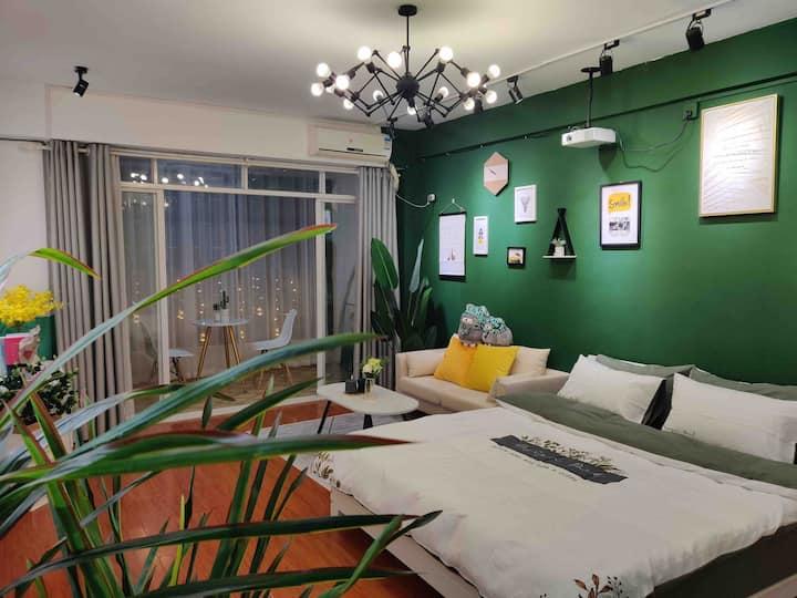 『木子居』J6绿植大床房·150寸超大投影·智能门锁·毗邻桂林站、机场大巴·近象鼻山、两江四湖