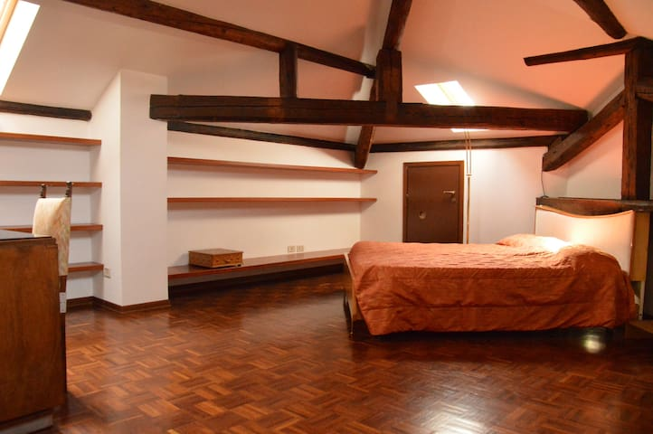 Attic bedroom in a villa - Legnano - Huis