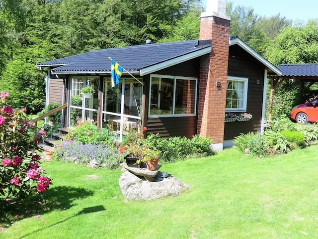 Cozy summer cottage only 2 hours from Copenhagen - Hässleholm N - Casa de campo