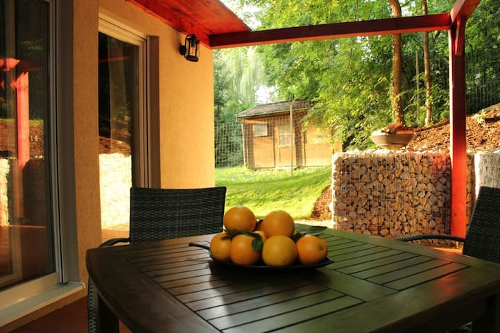 Vacation home 50m from Lake Balaton, quiet area - Balatonkenese - บ้าน