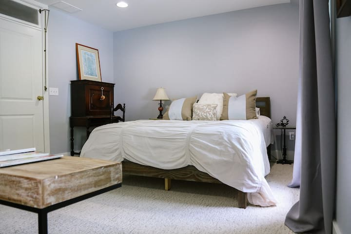 Ford Suite queen bed