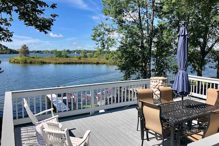 Stunnnig Lake House on Marble lake