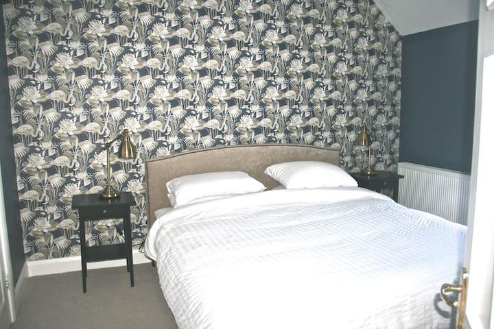 Master Bedroom. 6' bed (180cm).