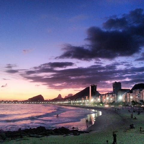 Leme/Copacabana Beach: 1 minute walk from the apartment!