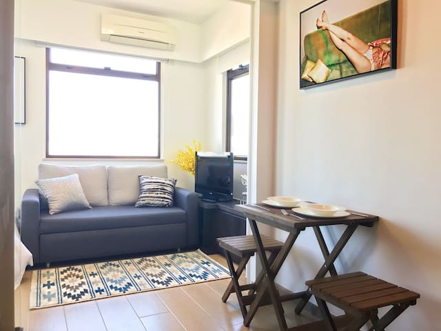 Stylish and Bright Sea view Apt--3 mins to MTR