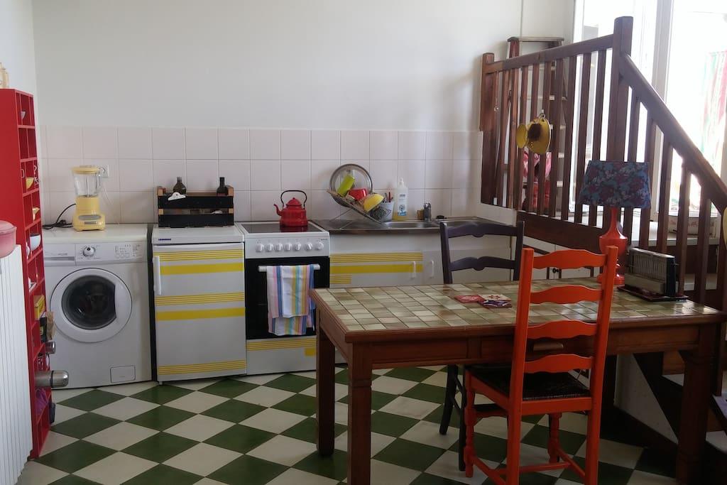 Grande cuisine ambiance vintage avec l'accès à la terrasse