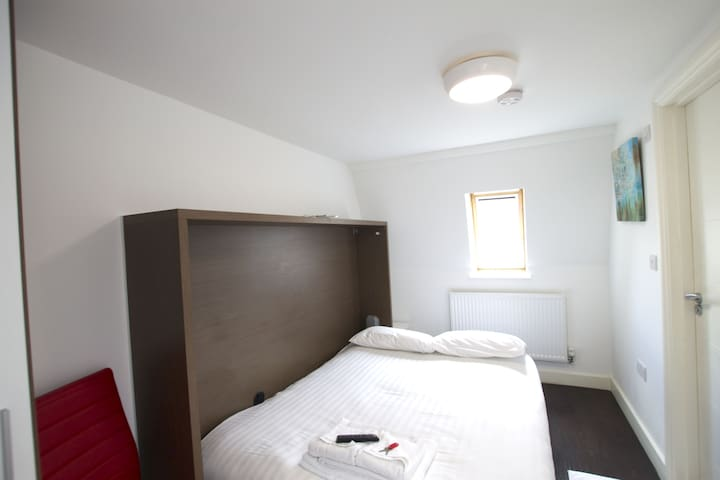 Lovely double bedroom in Charlotte Street by Allô Housing