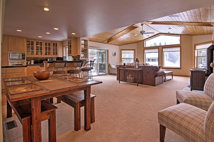 Spacious 3BR South Lake Tahoe Home w/Hot Tub! - South Lake Tahoe - Haus