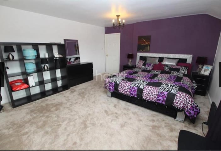 Super king bed in stunning house Leicester