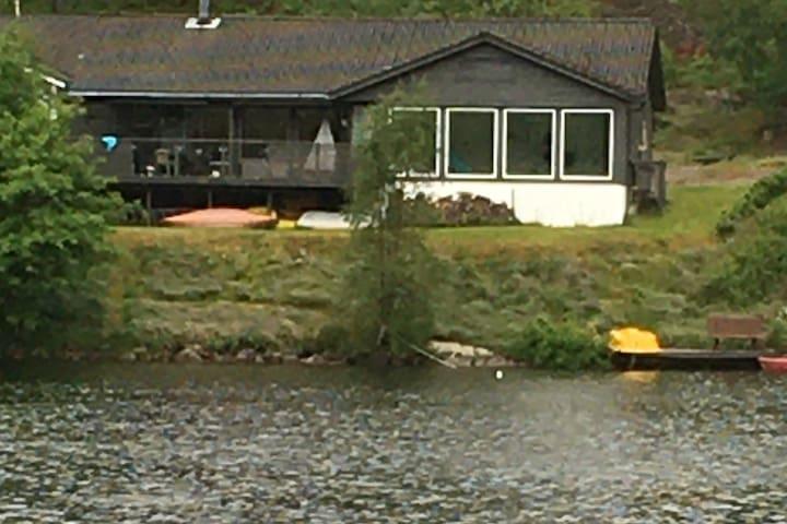 Stor hytte med 4 soverom, på fjellet ved vannet