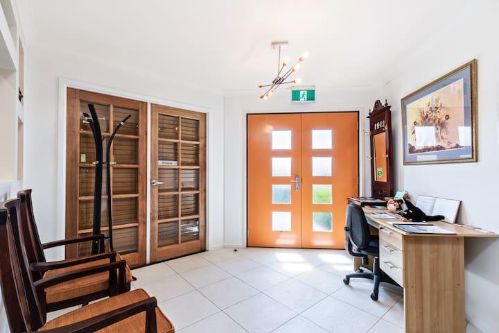 Madsen Retreat Whole House - Penguin - House