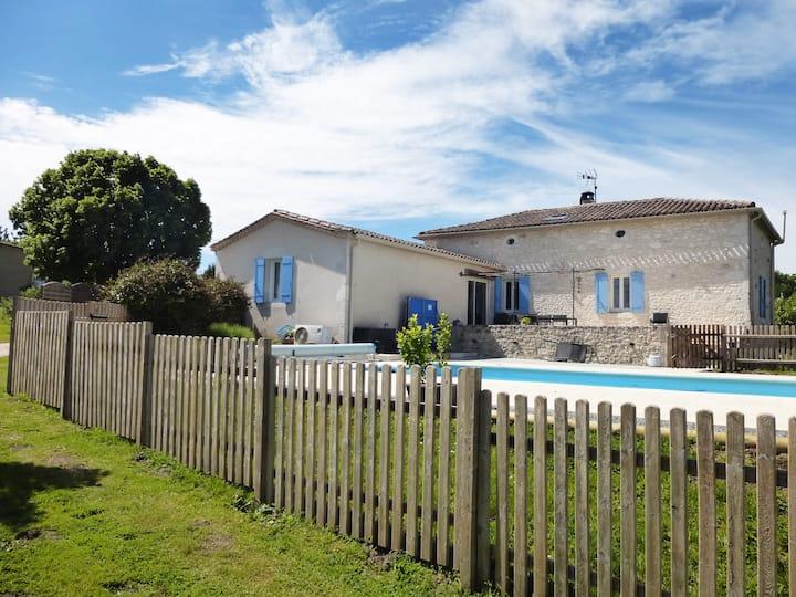Villa en pierre avec piscine et vue panoramique