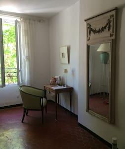 Large double room in village house - Entrecasteaux - Casa