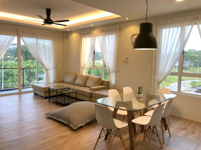 UrbanEeze Apartment Facing Forest, Near Airport
