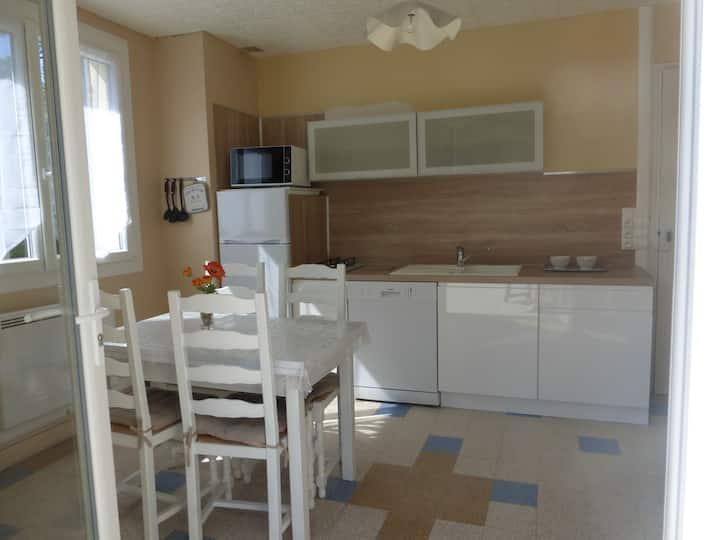 Agréable appartement avec terrasse 500m plage