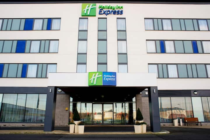 Essential and Business Travel Only: Luxurious Double Two Beds At Rotherham