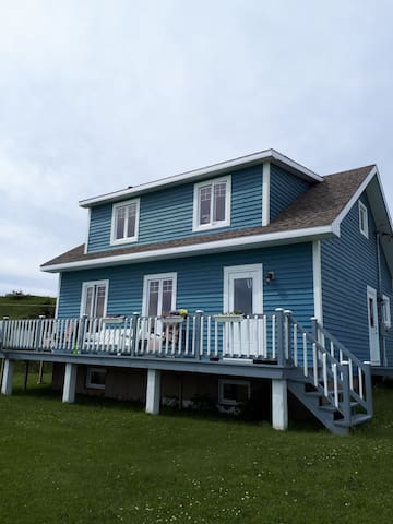 La maison bleue avec vue sur la mer