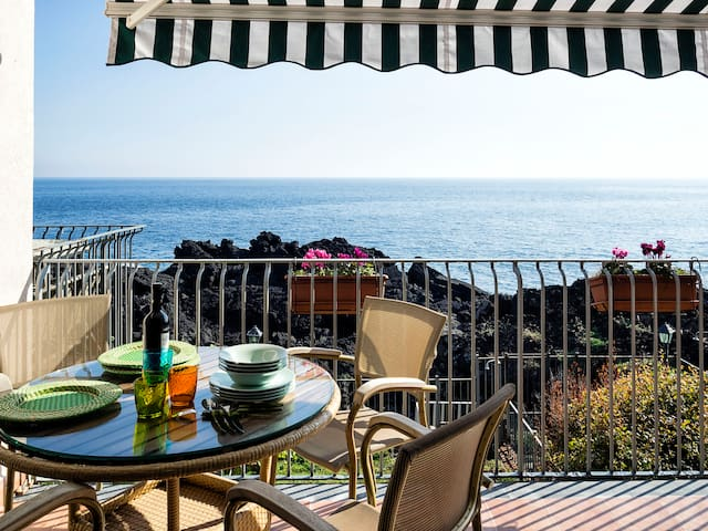 Casa Verdeacqua · Seafront Two-Bedroom Apartment