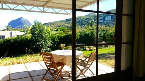 Studio dans jardin tropical, vue montagne