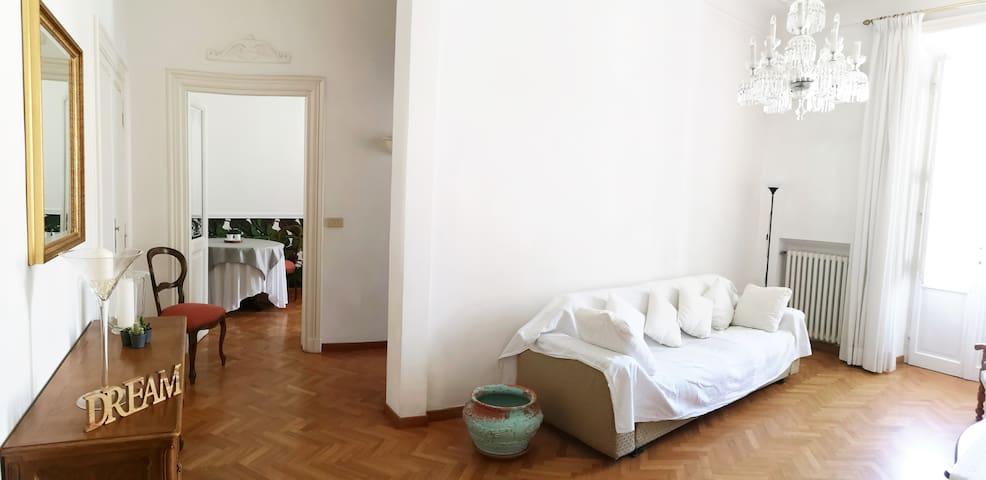 Salotto con divano letto, balconcino, aria condizionata