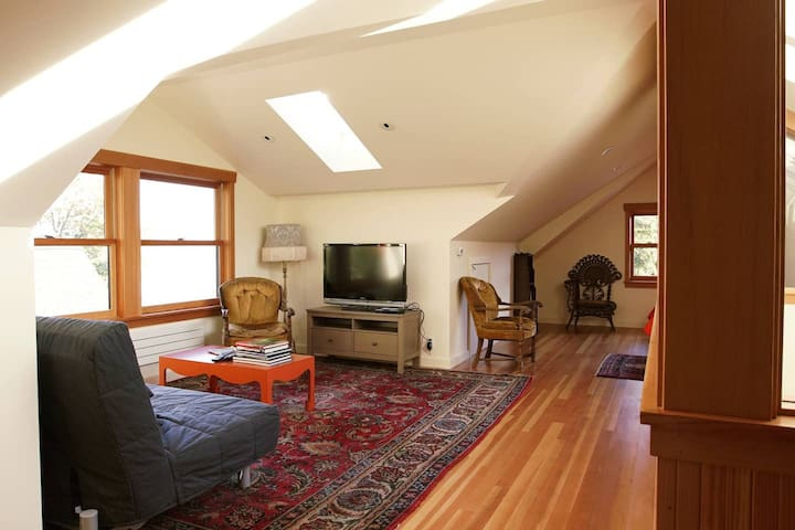 Top Floor Leschi Studio on Lake Washington