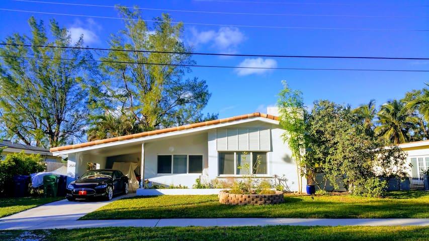 GORGEOUS Waterfront Miami-Modern-Home Close to All