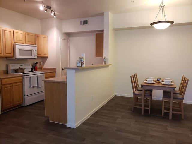 Quiet Apartment near the Strip, Store & Restaurant