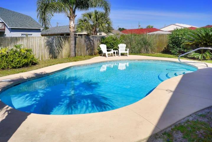 *Renovated* 4b/2b with private pool. walk to beach.