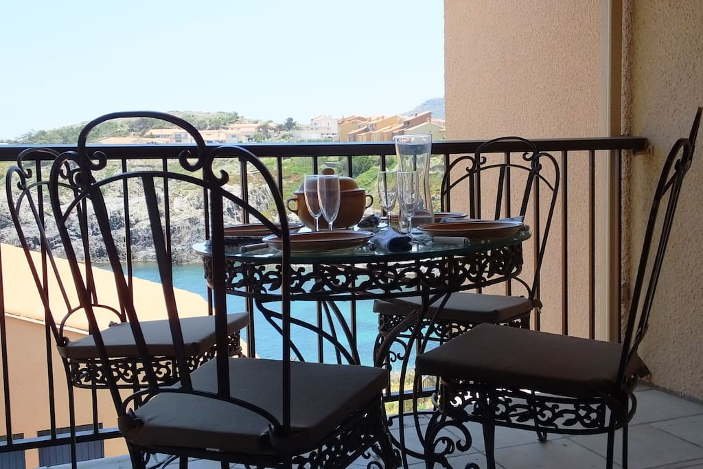 Dining on the balcony - Apt. El Niu