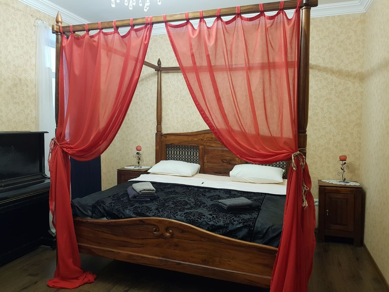 room N 3 with king size bed and toddler's bed