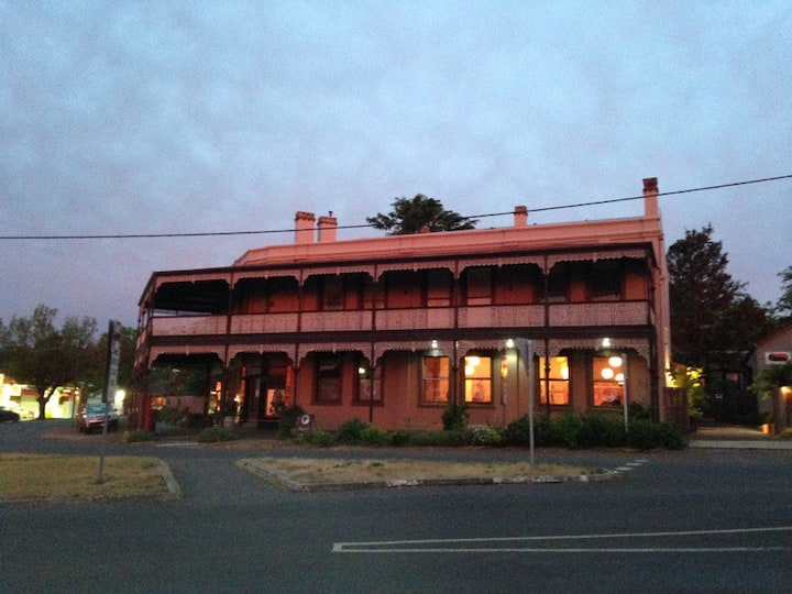 """""""THE JAMIESON"""" IN THE HEART OF DAYLESFORD Est.1860"""