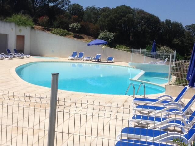 La piscine de la résidence.