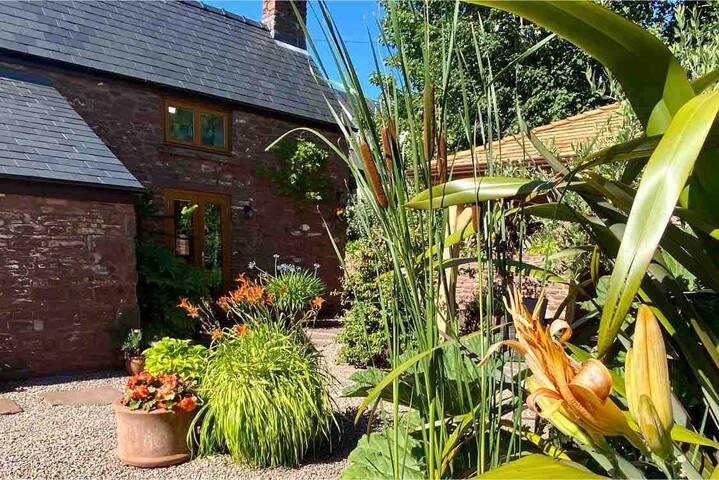 Charming Cottage, Private garden, wonderful views