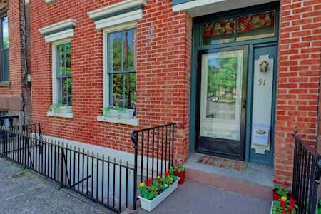 Nice size bedroom with  WIFI in a Historic Brick - Albany - Σπίτι