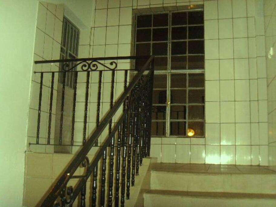 Accès propre et illuminé en Direction des appartements